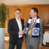 OB Peter Jung gratuliert dem Cronenberger BHC-Torwart Damian Bungart