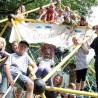Peter Vorsteher (re.) und seine Mitstreiter mit einigen kleinen Gästen des Küllenhahner Spielplatzfests 2011.