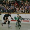 Volle Ränge und eine Beata Geismann (re.), die wie hier im Pokalfinale 2011 gegen Friedlingen nicht zu stoppen ist, das erhoffen sich die Verantwortlichen des RSC Cronenberg auch für die kommende Rollhockey-EM in der heimischen Alfred-Henckels-Halle.
