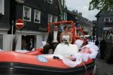 """""""Hochzeitskutsche mal anders"""": Melanie und Christian Kottmann wurden von ihren DLRG-Kameraden per Schlauchboot durch Cronenberg """"kutschiert""""."""