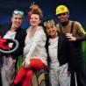"""Die Kinder-Theaterhelden der Weihnachtszeit 2011: das TiC-Quartett aus """"Pinguine können keinen Käsekuchen backen!"""" Wobei: Es ist ein Quintett - links im Bild ist Huhns """"Super-Staubsauger"""" zu sehen. Wer einen solchen Sauger unter den Baum legen will, erfährt vielleicht im TiC, wo es ihn zu kaufen gibt..."""