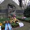 Am Cronenberger Ehrenmal wird alljährlich am Volkstrauertag der Toten von Krieg und Gewaltherrschaft gedacht. Links und rechts der trauernden Frauenfigur im Vordergrund sind einige der Namenstafeln zu sehen, die nunmehr gestohlen wurden.
