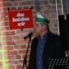 """Hat ohnehin die Narrenkappe auf, aber in seinem satirischen Jahresrückblick schlug Jürgen H. Scheugenpflug auch das """"Trömmelsche"""" und führte eine Polonaise von Vohwinkel nach Vorpommern an..."""