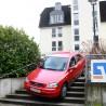 Richtig Pech hatte die Fahrerin dieses Opels am heutigen Freitag, dem 13ten: Auf der Rathausplatz-Treppe ging für sie nichts mehr und zurück...