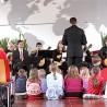 Hautnah dabei: Beim Kinderkonzert der Mandolinen-Konzertgesellschaft saßen die kleinen Besucher in der Alten Schmiede der Firma Knipex in der ersten Reihe.