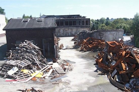 Ein Bild der Zerstörung: Der am schwersten durch den Großbrand betroffene Teil des Gewerbeparks Unterkirchen; im Hintergrund: das Gebäude der Firma, in der das verheerende Feuer ausgebrochen sein soll.