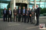 Im Beisein von OB Peter Jung (2.v.r.) und MdL Josef Neumann (4.v.r.) informierte sich NRW-Minister Garrelt Duin (re.) bei Delphi über die Pläne für eine Selbstfahrer-Teststrecke.