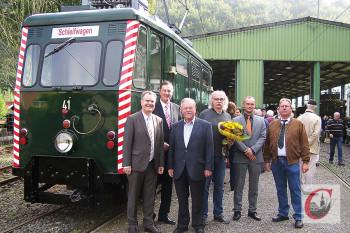 BMB-Vorsitzender Michael Schumann, hier in der Bildmitte bei den Feierlichkeiten zum 100-jährigen Jubiläum der Straßenbahnstrecke durchs Kaltenbachtal, erhält für sein Engagement den Rheinlandtaler des LVR. -Foto: Archiv
