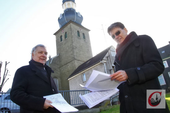 CHBV-Vize Stephan Ries (li.) und Kirchmeister Winfried Straube an der Reformierten Kirche. Davor steht das Kleine Häuschen. -Foto: Meinhard Koke