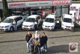 Peter Stroucken (vo. mi.) und vier Mitarbeiter von Vaupel & Team (im Hintergrund) nahmen die Schlüssel für die vier neuen Pkw der Vaupel-Flotte aus den Händen der Familie Stratmann entgegen. -Foto: Meinhard Koke