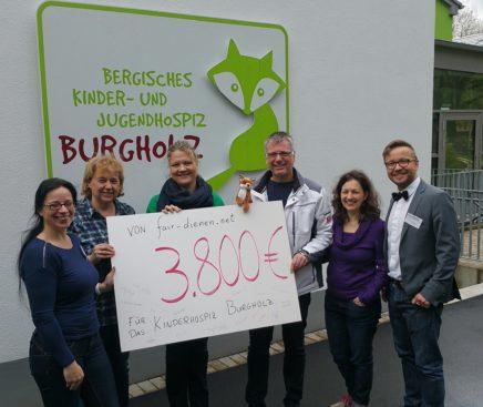 """Die """"fair-dienen""""-Delegation bei der Scheckübergabe an Kerstin Wülfing vom Kinderhospiz Burgholz (3.v.l.). -Foto: privat"""