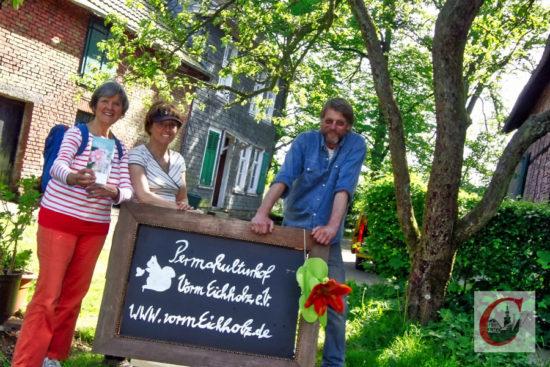 """Christine Nordmann (li.), Monika Heinz und Johannes Dickmann hoffen im Rahmen der Gartenpforte am Wochenende viele Interessierte für das """"Gärtnerhof""""-Projekt begeistern zu können. -Foto: Meinhard Koke"""