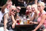 Fröhlich und friedlich: Wie hier im RSC-Biergarten am Ehrenmal feierten die Besucher überall entlang der Werkzeugkisten-Meile ein ausgelassenes Fest. Foto: Meinhard Koke