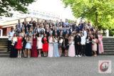 Die Absolventen der Friedrich-Bayer-Realschule versammelten sich in ihren festlichen Kleidern beziehungsweise Anzügen auf der Treppe vor dem Schulzentrum zum Abschlussfoto. Foto: Odette Karbach