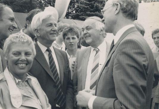 Bärbel Vitt (li.) vor 25 Jahren bei einem der Jugendempfänge mit dem damaligen Bundespräsidenten Richard von Weizsäcker (3.v.l.). -Foto: privat