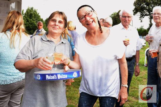 """Ex-Odenwaldhaus-Besitzerin Gabriele Ehrhardt (li.vo.) feierte fürs Sudberger Sommerfest ein """"Gastro-Comeback""""…"""