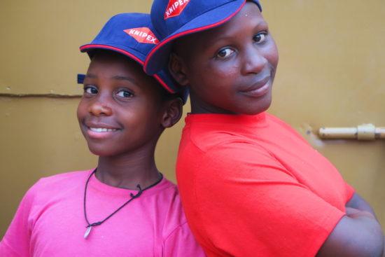 """Zwei junge """"Knipexler"""" des Knipex-Schulprojekts im afrikanischen Uganda. -Foto: Knipex"""