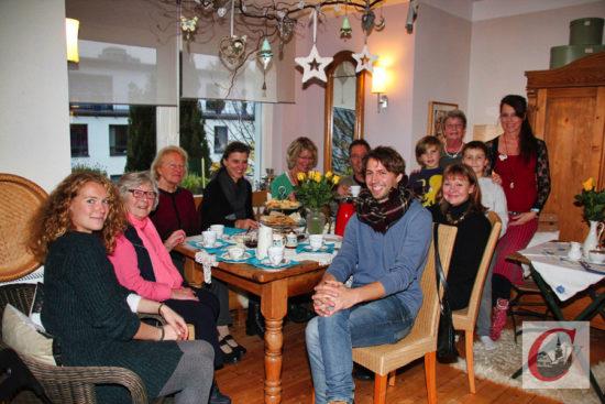 """Jenni Cox (re.) lud zu Zwiebelkuchen, während es bei Mutter Linda Cox """"It's Tea Time"""" hieß. -Foto: Matthias Müller"""