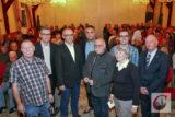 """Mit vollem """"Festsaal"""" im Rücken: der Vorstand des Vereins """"Seilbahnfreies Wuppertal"""" mit Gast Michael-Georg von Wenczowsky (4.v.r.). -Foto: Meinhard Koke"""
