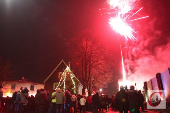 Volle Küllenhahner Straße war wieder angesagt, als Schmitz Pyrotechnik das CW-Feuerwerk in den Himmel über der Adventsmeile schoss. -Foto: Meinhard Koke