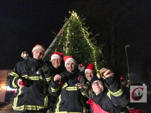 Die Weihnachtsbaum-Beauftragten der Freiwilligen Feuerwehr Hahnerberg und des Bürgervereins garantierten auch diesmal dafür, dass der Küllenhahner Adventsbaum pünktlich zum Fest stand und leuchtete. -Foto: Wolfgang Krause
