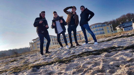 """Schlagzeuger Max Wichelhaus (15), Sänger & Gitarrist Daniele Puccia (16), Keyboarder Lennart Büchner (17) und Gitarrist Marcel Mielczarek (18) bilden die aufstrebende Band """"The Cube"""". -Foto: JBM Entertainment"""