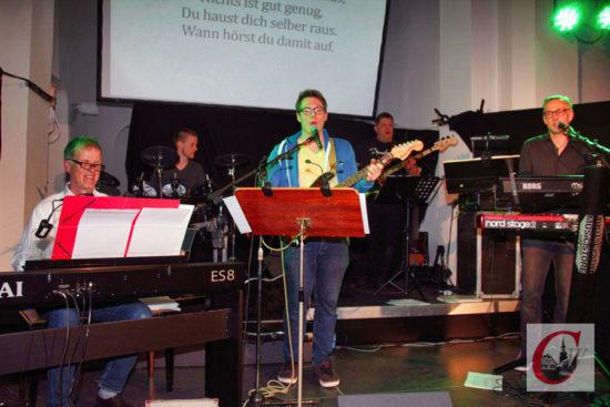 """Kantor Martin Ribbe (li.) und seine Live-Band begleiteten auch diesmal das Mitsing-Event """"Sing dein Ding!"""" im Zentrum Emmaus. -Foto: Matthias Müller"""