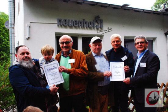 """SVN-Chef Burkhard Orf (re.), Bad-Obmann Gyözö Schilling (2.v.r.) und SVN-Chronist Wolfgang Söhnchen (3.v.l.) mit """"Mister Neuenhof"""" Werner Budt (3.v.r.) sowie Sohn Hans-Werner Budt (li.), die für 70 beziehungsweise 50 Jahre im SVn geehrt wurden. Übrigens: Enkel Karl (3) ist natürlich auch Mitglied im SV Neuenhof… -Foto: Meinhard Koke"""