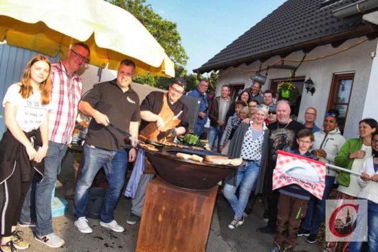 "…und Schlusspunkt am ""Firefood-Grill"" bei der Familie Becker am Hensges Neuhaus. -Foto: Meinhard Koke"