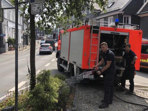 Super-Einsatz: Freiwillige der Feuerwehr Cronenberg beim Wässern am Hans-Otto-Bilstein-Platz. -Foto: FFC