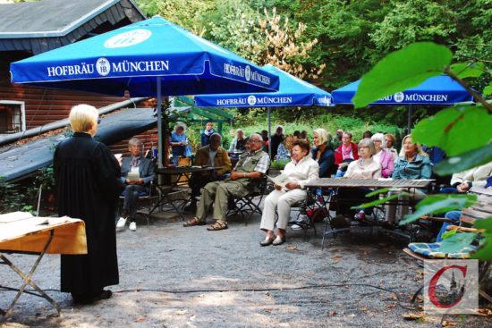 """Voller """"Gottesdienst-Biergarten"""" im Burgholz: Ein """"Hofbräu"""" kam jedoch erst im Anschluss auf den Tisch… -Foto: Meinhard Koke"""