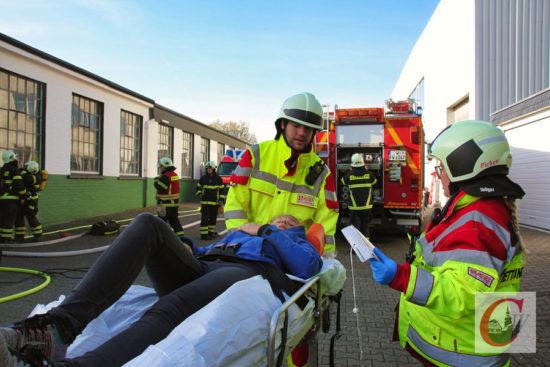 Das gehört natürlich auch zu einer Feuerwehr-Abschlussprüfung: Die Bergung und Versorgung von Verletzten wurde ebenso geprobt. -Foto: Matthias Müller