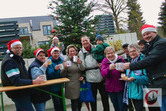 Ex-OB Peter Jung (mi.), Vorsitzender des Sauerländischen Gebirgsvereins (SGV) in Wuppertal, führte eine SGV-Wanderung zum Küllenhahner Advent. -Foto: Meinhard Koke