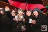 Auch unterm Regenschirm schmeckte der Küllenhahner Glühwein nach Lions-Rezept bestens – wie man sieht… -Foto: Meinhard Koke