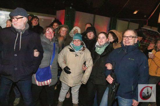 """OB Andreas Mucke (re.) sang beim """"Küllenhahner Rudeldudel"""" gemeinsam mit Bezirksbürgermeisterin Ursula Abé (2.v.l.) und Cronenbergs SPD-Chefin Miriam Scherff nicht nur kräftig mit – beim """"Lehnchen vom Tippen-Tappen-Tönchen"""" schunkelte Mucke auch engagiert – die richtige Einstimmung auf den """"Diesel-Gipfel"""" in Berlin. -Foto: Meinhard Koke"""