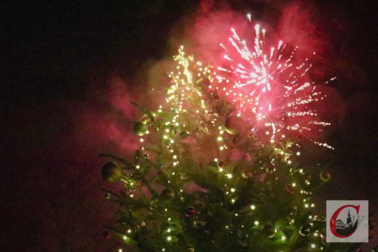 Mit dem CW-Feuerwerk, das wieder Schmitz Pyrotechnik in den Küllenhahner Fest-Himmel abfeuerte, klang der 14. Küllenhahner Advent aus. -Foto: Meinhard Koke