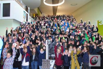 """Erst fürs CW-Foto auf der """"Show-Treppe"""", dann rein in die Kino-Säle: Am Kino-Tag der Friedrich-Bayer-Realschule war das CinemaxX voll in """"Südhöhen-Hand"""". -Foto: Meinhard Koke"""