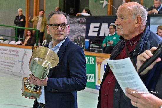 Oberbürgermeister Andreas Mucke (li.) überreichte den Hans-Löhdorf-Gedächtnispokal. -Foto: Odette Karbach