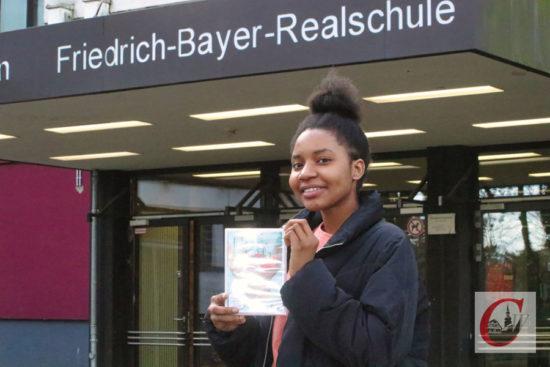 FBR-Schülerin Vanessa Ogiagbe mit der Kurzfilm-DVD, auf der auch ihr Film zu sehen ist. -Foto: Meinhard Koke