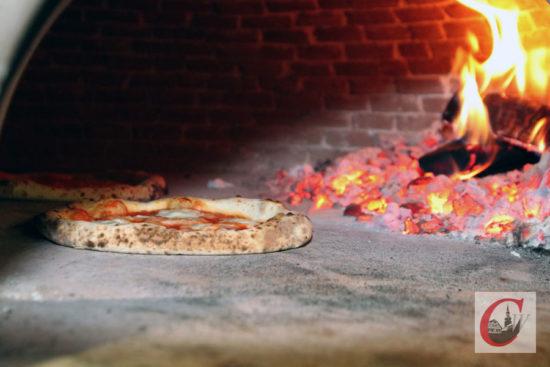 """Blick in den neuen """"La Piazza""""-Holzofen: Wesentlich schneller backt im Schein der lodernden Holzscheite die Pizza nach original neapolitanischer Manier… -Foto: Meinhard Koke"""