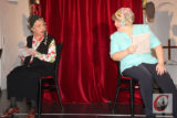 """Lilay Huser (li.) und Marcia Golgowsky bei ihrem Gastspiel als Kabarett-Duo """"Die Trockenblumen"""" im Zentrum Emmaus. -Foto: Matthias Müller"""