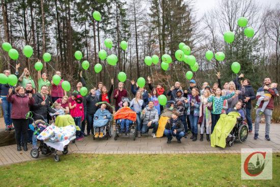 Zusammen mit Fußball-Profi Lars Bender (TSVBayer 04 Leverkusen) als neuemBotschafter ließen die Familien und Mitarbeiter des Kinderhospizes Burgholz am Tag der Kinderhospizarbeit grüne Luftballons in den Küllenhahner Himmel steigen. -Foto: Marcus Müller
