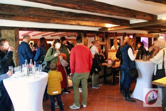 """Nicht nur der obere große Saal stieß auf viel Lob. Auch im unteren ehemaligen Restaurant-Bereich des """"Haus Mees"""" lobten die zahlreichen Besucher die gelungene Sanierung des Cronenfelder Traditionshauses. -Foto: Meinhard Koke"""