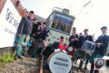 """Die Dudelsack-Band """"Bagpipe Company"""" spielte zum Start ins Fahr- und Jubiläumsjahr der Bergischen Museumsbahnen in der Kohlfurth auf. -Foto: Meinhard Koke"""