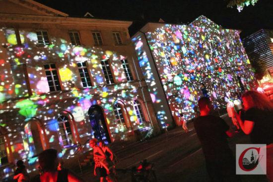 Und auch die Haspel-Häuser in Unterbarmen wurden von Gregor Eisenmann zum Stadt-Geburtstag zur Projektionsfläche für seine Licht-Kunst. | Foto: Meinhard Koke