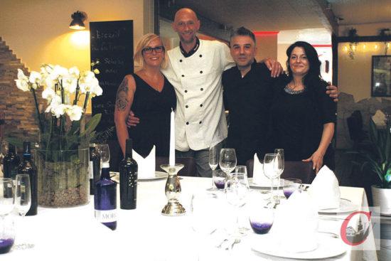 """Antonio D'Angelo (2.v.r.) und Luigi Costa führen gemeinsam mit ihren Partnerinnen neuerdings das beliebte Ristorante """"La Piazza""""   Foto: Oliver Grundhoff"""