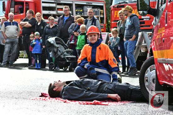 Übungen von Aktiven und der Feuerwehr-Jugend zählten auch diesmal wieder zum spektakulären Programm des Hahnerberger Feuerwehr-Festes. | Foto: Odette Karbach