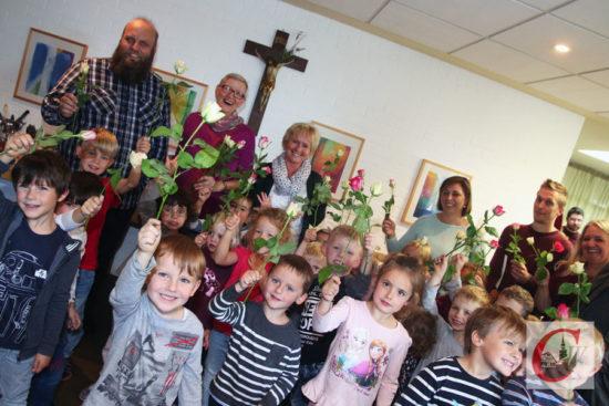 Auch der Kindergarten von Hl. Ewalde überraschte Ulrike Hiemer und verabschiedete sie mit einem Liedchen sowie vielen, vielen Rosen. | Foto: Meinhard Koke