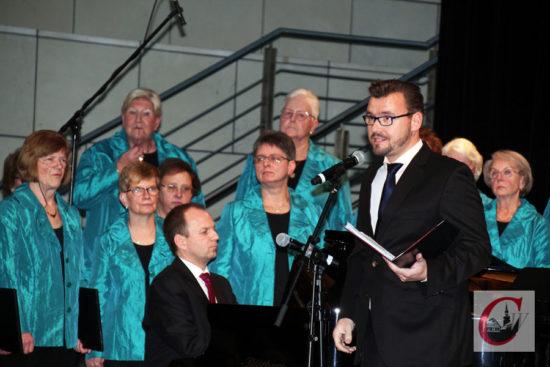 Bariton Martin Schmidt wirkte als Gastsolist an dem Herbstkonzert des Damenchores Cronenberg mit – und begeisterte auch bei gemeinsamen Programmpunkten mit den DCC-Sängerinnen. | Foto: Matthias Müller