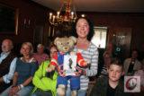 """Die Wuppertaler Autorin Tanja Heinze mit Teddy """"Körbis"""" bei ihrer Dörper Krimi-Lesung im Teddybären-Museum.   Foto: Matthias Müller"""